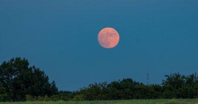 La salida de la Luna fotografiada desde Block Creek, Texas