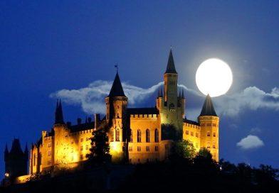 Foto de la Luna y el Castillo de Hohenzollern (Bisingen, Alemania)