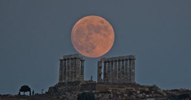 La Luna captada sobre el Templo de Poseidón en Sunión, Grecia