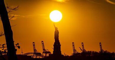 Foto del Sol y la Estatua de la Libertad tomada al atardecer