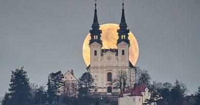 La puesta de la Luna captada desde Linz, Austria