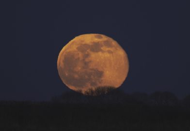 La salida de la Luna fotografiada desde el sur de Gales