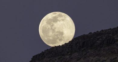 La salida de la Luna fotografiada desde el Desierto de Mojave, California
