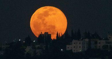 La salida de la Luna captada desde Samaria, Palestina