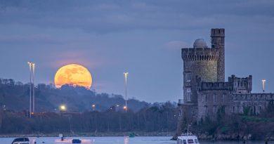 Foto de la Luna y el Castillo Blackrock (Irlanda)