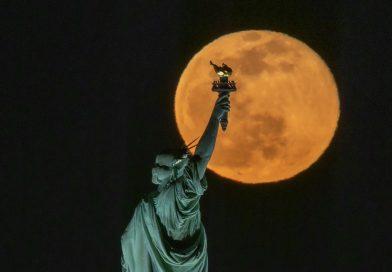 Foto de la Luna y la Estatua de la Libertad (27 de febrero de 2021)