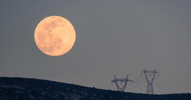 La salida de la Luna captada desde Ymittos, Grecia