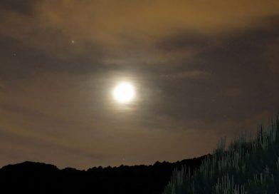 Fotos de la Luna creciente y Marte tomadas el 15 de mayo