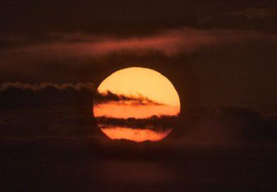 La puesta de Sol captada desde Muiden, Países Bajos