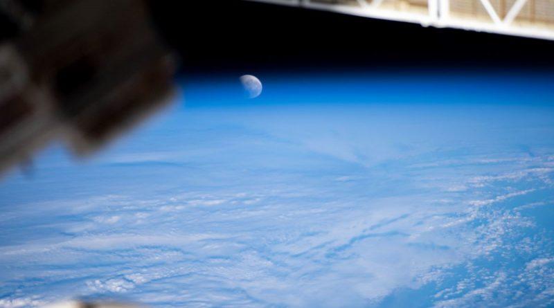 El eclipse lunar, fase parcial, fotografiado desde la ISS