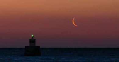 La Luna menguante fotografiada desde el Golfo Sarónico, Grecia