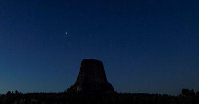 Júpiter y Saturno captados sobre la Torre del Diablo (Wyoming)