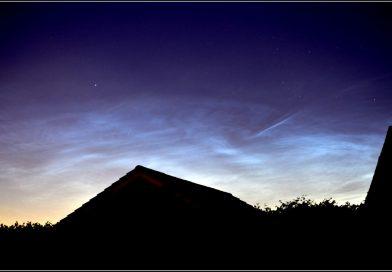 Nubes noctilucentes captadas sobre Hale, Inglaterra