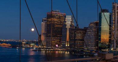 La Luna fotografiada desde el Puente de Brooklyn (Nueva York)