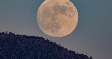 La Luna captada sobre el monte Shasta (California)