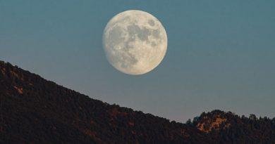La Luna captada sobre las Montañas Sangre de Cristo en Nuevo México