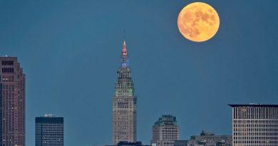 La Luna llena fotografiada sobre Cleveland, Ohio
