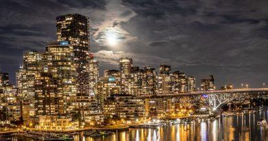 La Luna captada sobre Vancouver, Canadá